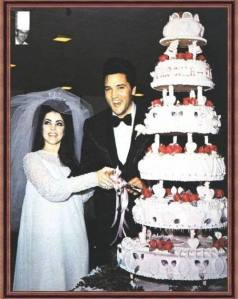 Elvis and Pris cut the cake