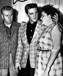 Elvis_with_parents_1958