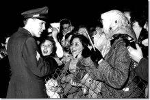 1960_march_3_elvis_presley_prestwick_airport_scotland_7_640