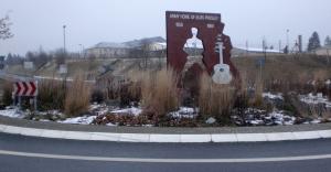 Elvis-Presley-Denkmal_vor_den_Ray_Barracks_in_Friedberg_Hessen