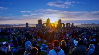 summer-solstice-sunrise-at-the-stonehenge-e1434886551878