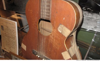 elvis-first-guitar