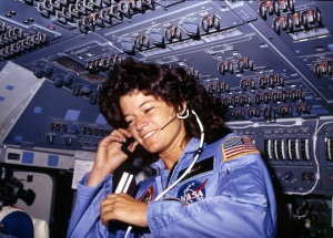 Sally_Ride_Americas_first_woman_astronaut_communitcates_with_ground_controllers_from_the_flight_deck_-_NARA_-_541940